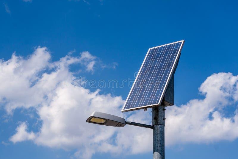 Het systeem en de straatlantaarn van de zonnepaneelmacht stock foto's
