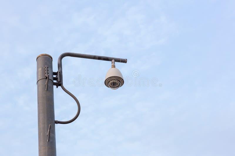 Het systeem van het de cameratoezicht van veiligheidskabeltelevisie openlucht van huis Een vage achtergrond van de nachtstad scap royalty-vrije stock afbeelding
