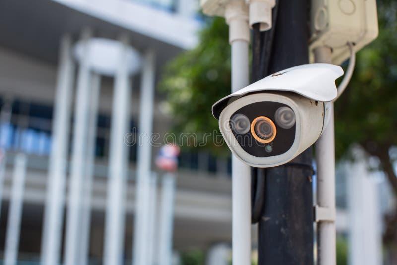 Het systeem van het de cameratoezicht van veiligheidskabeltelevisie openlucht van huis Een vage achtergrond van de nachtstad scap stock foto