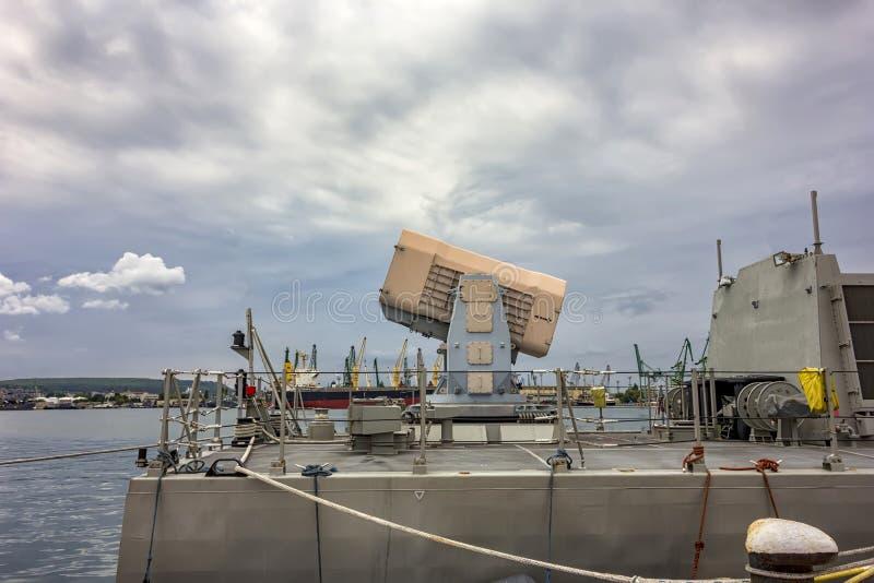 Het systeem van de cassetteraket aan boord van een fregat stock fotografie