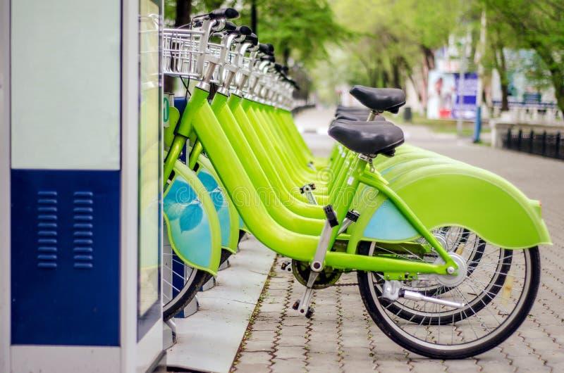Het systeem van de fietshuur Ecologisch schoon vervoer fiets het delen stock foto
