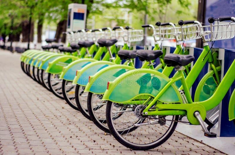 Het systeem van de fietshuur Ecologisch schoon vervoer fiets het delen stock foto's