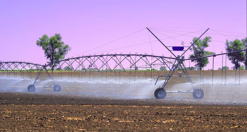 Het systeem van de gebiedsirrigatie voor de betere installatiegroei en het verdere cultuur en kweken van landbouwgewassen stock fotografie