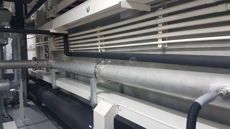 Het systeem van de pijplijn en buis en kabelkanaal voor het gassysteem en de elektrosystemen stock foto