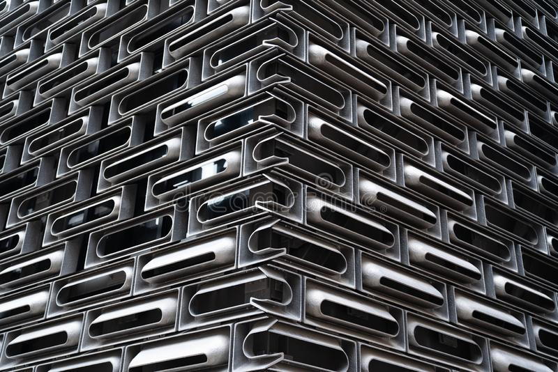 Het systeem van de de voorgeveleenheid van het gietvormaluminium in de willekeurige modulaire beklede binnenglasbouw in de achter royalty-vrije stock foto