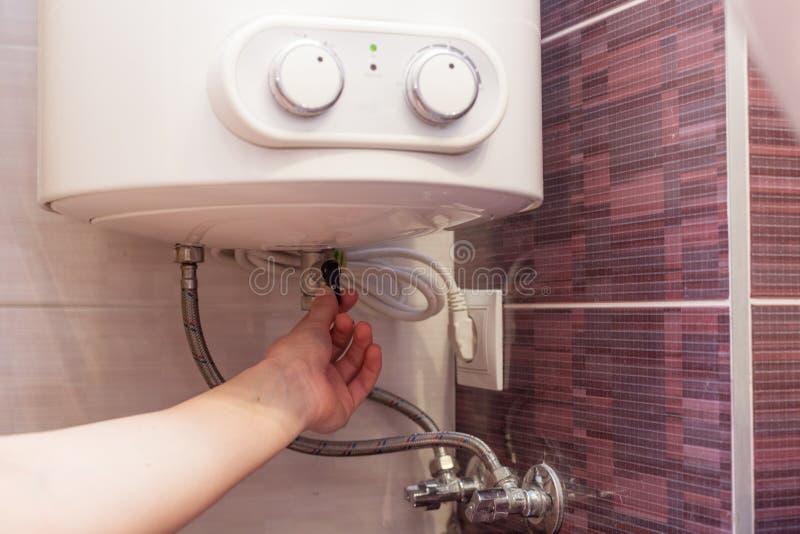 Het systeem van verbinding van de boiler aan het watervoorziening en elektriciteitsnetwerk Drukhulp stock afbeeldingen