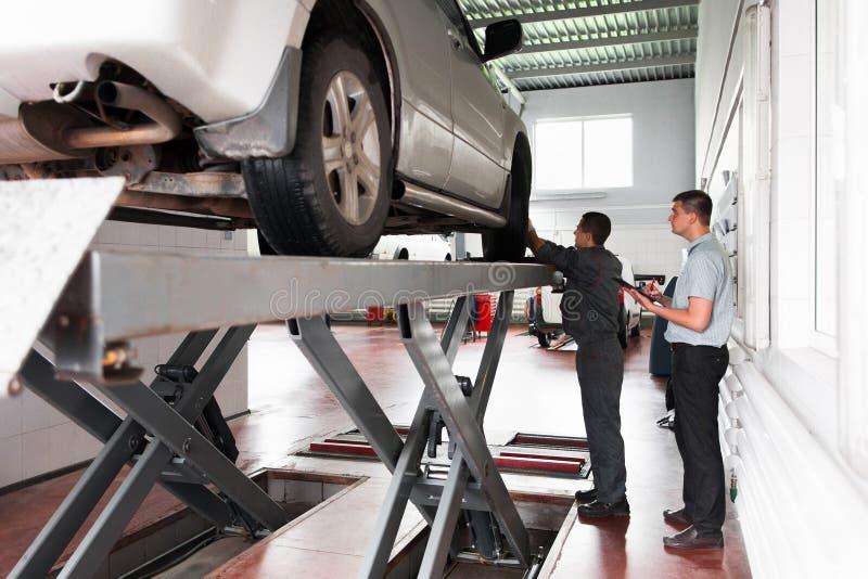 Het systeeminspectie van de autoopschorting op workshop stock fotografie