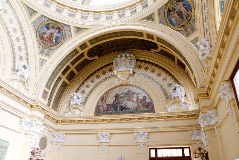 Is het Szechenyi Geneeskrachtige Bad in Boedapest, Hongarije, het grootste geneeskrachtige bad in Europa stock foto's