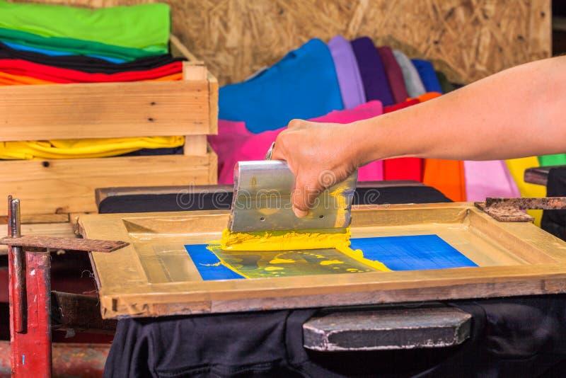 het T-stukoverhemd van de het schermdruk in liefdeontwerp met gele kleur royalty-vrije stock fotografie
