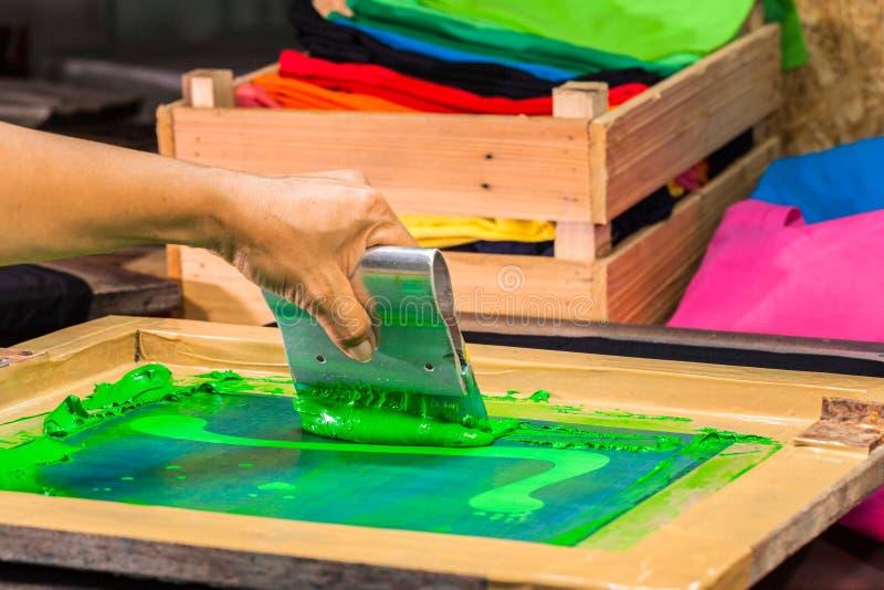 het T-stukoverhemd van de het schermdruk in liefdeontwerp met groene kleur royalty-vrije stock fotografie