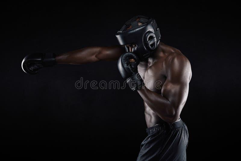 Het taaie jonge mannelijke bokser praktizeren stock foto