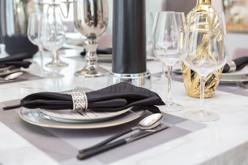 Het tafelzilver en brassware plaatste op Luxeeettafel stock afbeelding