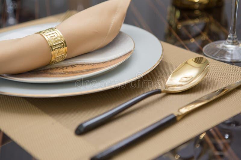 Het tafelzilver en brassware plaatste op Luxeeettafel stock foto