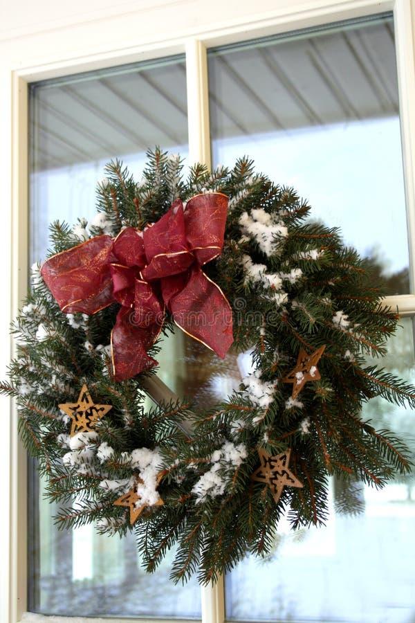 Het takjekroon van Kerstmis met sneeuw royalty-vrije stock fotografie