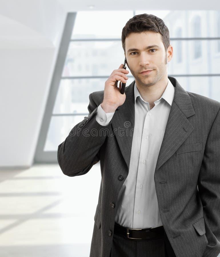Het taling van de zakenman op mobiele telefoon royalty-vrije stock afbeelding
