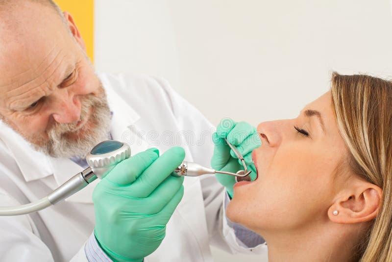 Het tand schoonmaken met luchtstroom stock fotografie
