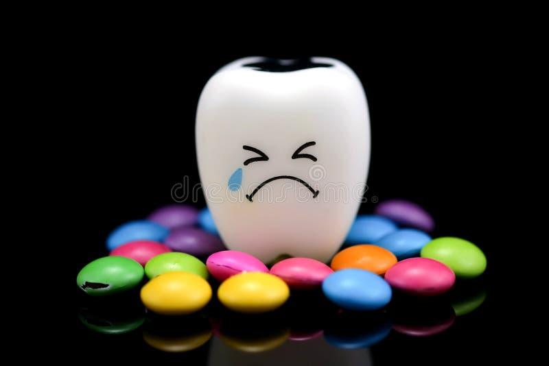 Het tandbederf schreeuwt met met een laag bedekte emotiessuiker royalty-vrije stock foto