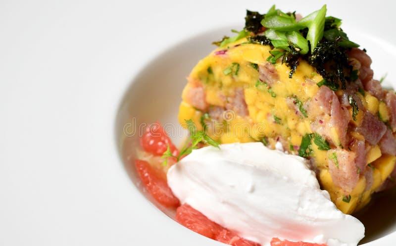 Het tandsteensalade van de zeevruchtentonijn op witte plaat royalty-vrije stock foto