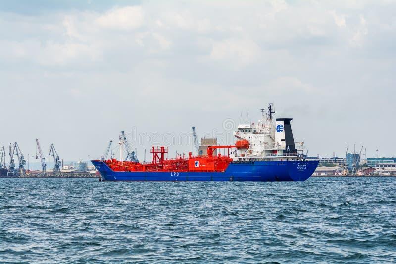 Het tankerschip wordt op zee verankerd stock foto
