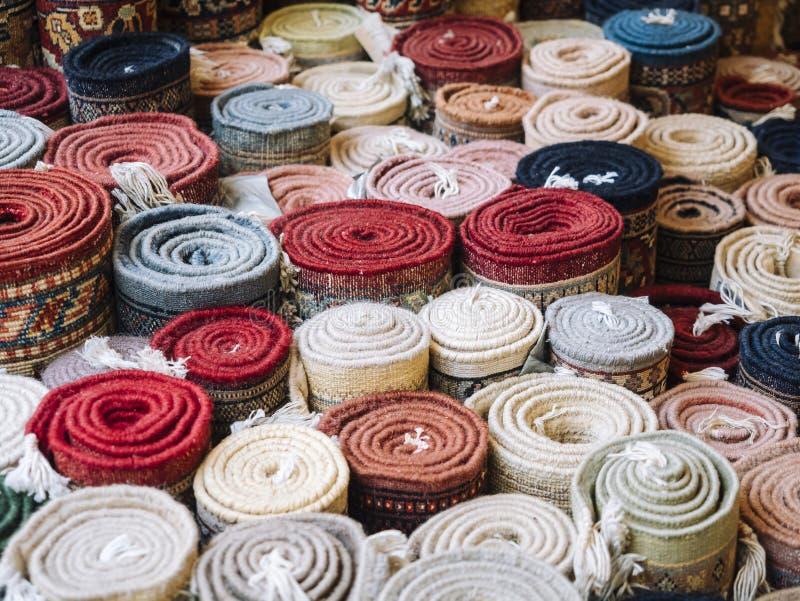 Het tapijt rolt Kleurrijke Stoffendecoratie stock foto