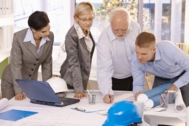 Het team dat van de architect in bureau samenwerkt stock afbeeldingen