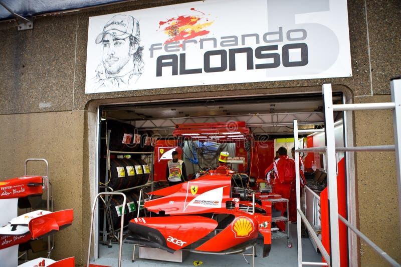 Het Team Dat Van Ferrari De Auto Van Fernando Voorbereidt Alonsoâs Redactionele Afbeelding