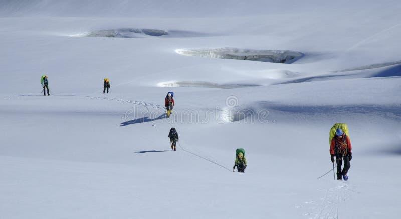 Het team dat van Roped zich door een gletsjer beweegt royalty-vrije stock afbeelding