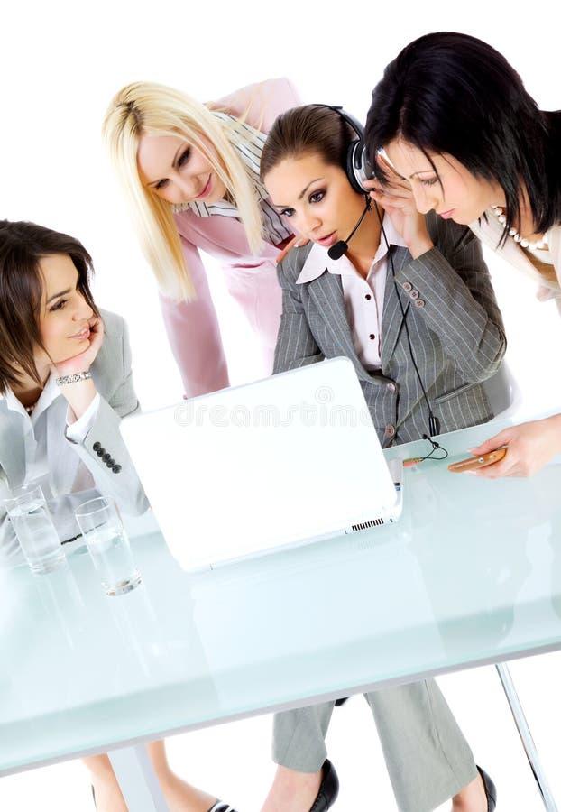 Het team dat van vrouwen samenwerkt stock foto's