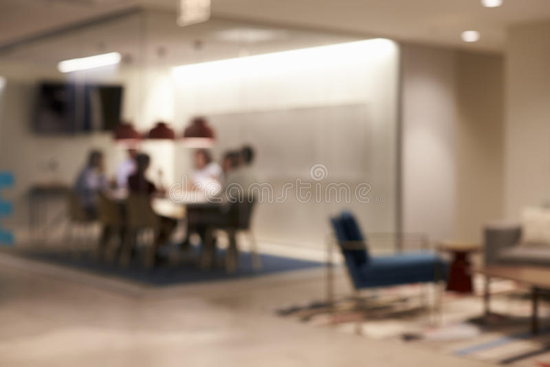 Het team in een vergaderingscel bij grote collectieve zaken, defocussed royalty-vrije stock afbeeldingen
