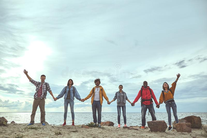 Het team is het gelukkige verzamelen zich bij de kust stock afbeeldingen