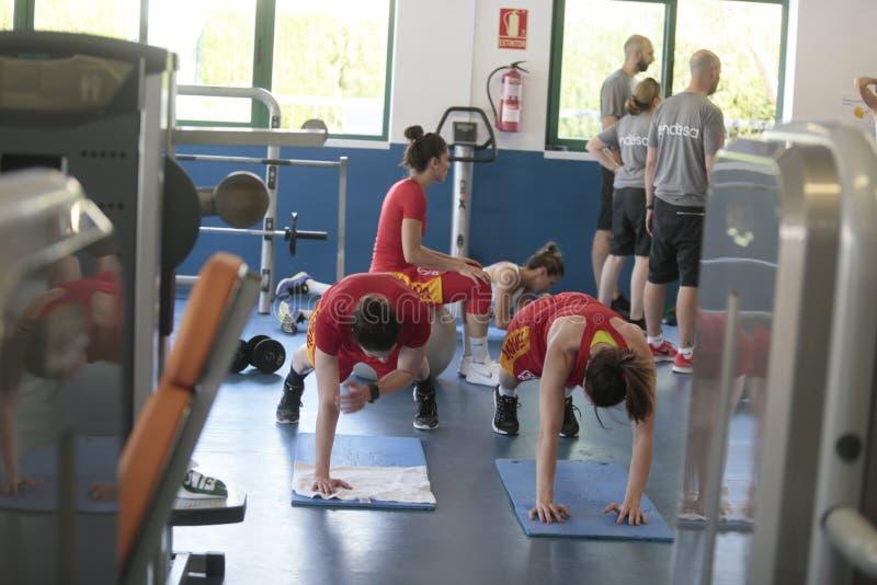 Het team van het Basketbalvrouwen van Spanje Nationale opleiding bij gymnastiek stock afbeeldingen
