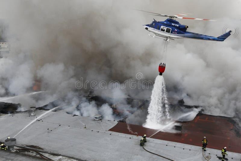 Het team van brandweerlieden die met de brand vechten royalty-vrije stock foto