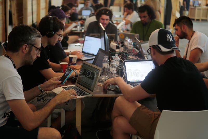 Het team van Coworkingsprogrammeurs op het werk stock foto