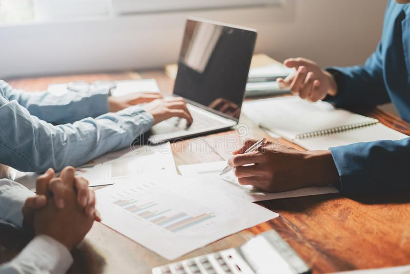 het team van de bedrijfsadviseursvergadering analyseert financiën en boekhoudingsconcept in bureau stock afbeelding