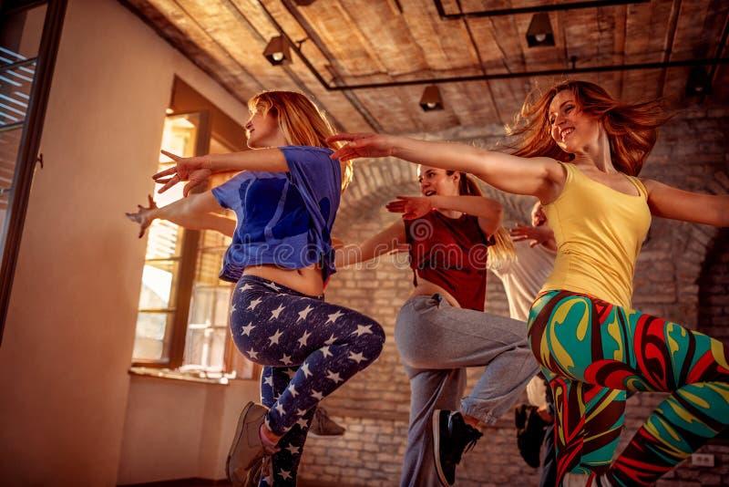 Het team van de hartstochtsdans - vrouwelijke danser die dans uitoefenen die binnen opleiden royalty-vrije stock afbeeldingen
