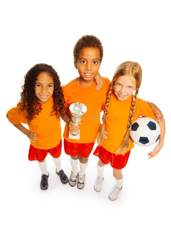 Het team van de voetbalwinnaar van geïsoleerde jongen en meisjes stock foto's