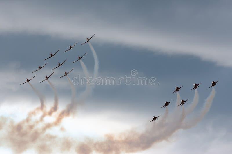Het team van de de vormingsvertoning van Patrouillesuisse van de Swiss Air-Kracht die die de vechtersvliegtuigen vliegen van Nort royalty-vrije stock fotografie