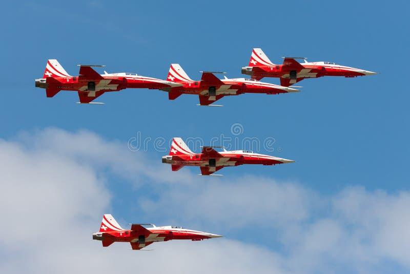 Het team van de de vormingsvertoning van Patrouillesuisse van de Swiss Air-Kracht die die de vechtersvliegtuigen vliegen van Nort stock afbeelding