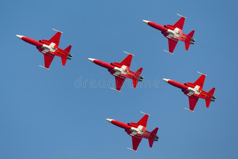 Het team van de de vormingsvertoning van Patrouillesuisse van de Swiss Air-Kracht die die de vechtersvliegtuigen vliegen van Nort royalty-vrije stock foto's