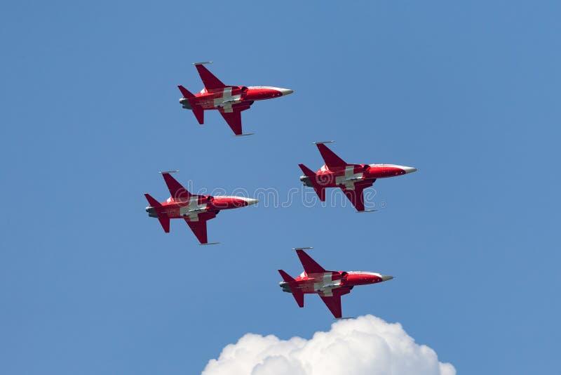 Het team van de de vormingsvertoning van Patrouillesuisse van de Swiss Air-Kracht die die de vechtersvliegtuigen vliegen van Nort stock afbeeldingen
