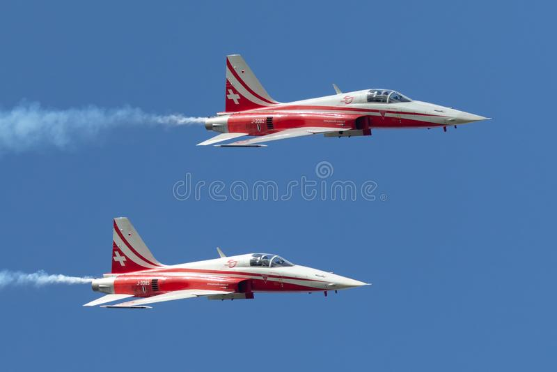 Het team van de de vormingsvertoning van Patrouillesuisse van de Swiss Air-Kracht die die de vechtersvliegtuigen vliegen van Nort royalty-vrije stock afbeelding