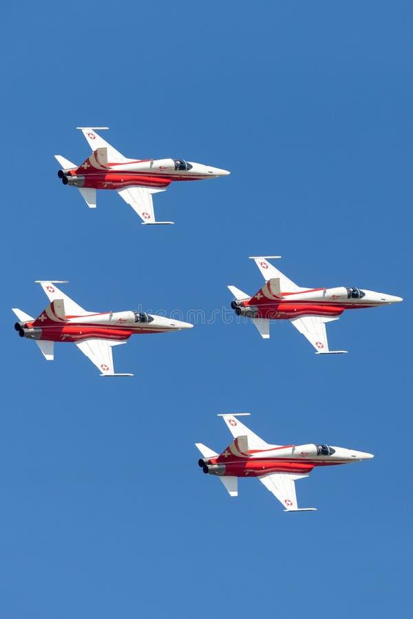 Het team van de de vormingsvertoning van Patrouillesuisse van de Swiss Air-Kracht die die de vechtersvliegtuigen vliegen van Nort stock foto