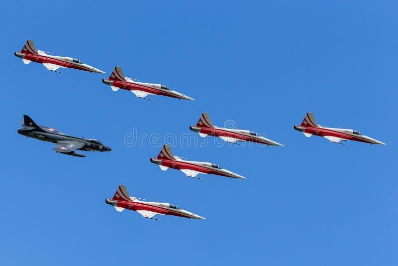 Het team van de de vormingsvertoning van Patrouillesuisse van de Swiss Air-Kracht die in vorming met een vliegtuig vliegen van Ve stock foto's