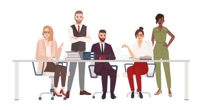 Het team van glimlachende beambten die bij bureau zitten en bespreekt het werkkwesties Mannelijke en vrouwelijke managers op uitw vector illustratie