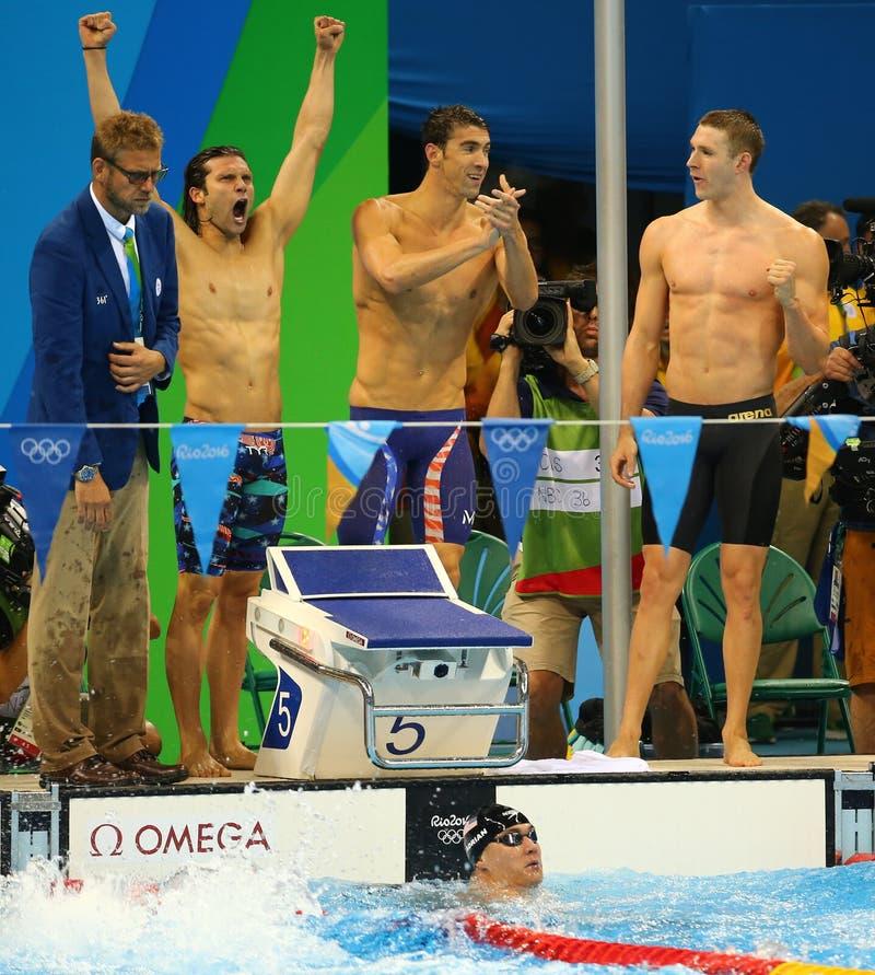 Het team van het de hutspotrelais van Mensen 4x100m van de V.S. Cory Miller (l), Michael Phelps en Ryan Murphy viert overwinning royalty-vrije stock foto's