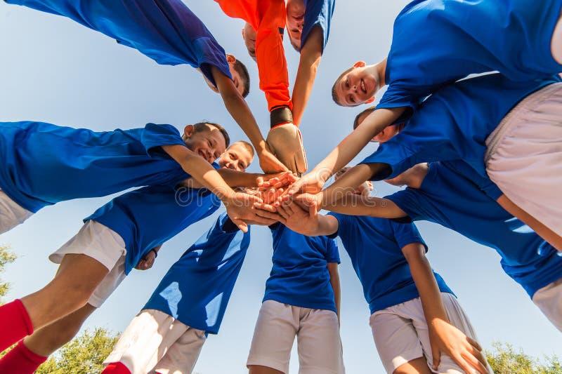 Het Team van het jonge geitjesvoetbal stock afbeeldingen