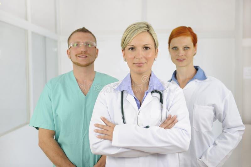 Het team van het ziekenhuis: Artsen en chirurg royalty-vrije stock foto's