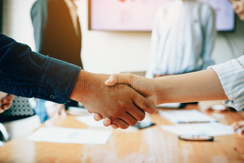 Het team van ondernemers het samenwerken overeenkomst het schudden dient een wijze in stock foto's
