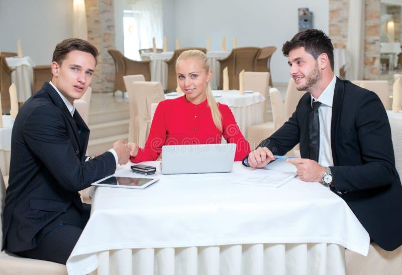 Het team van zakenlieden werkt aan het project stock foto