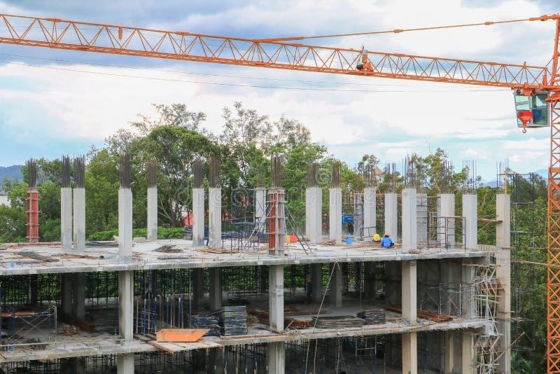 Het team het werken en kraan van de bouwarbeider op hoge grond de bouwhuisvesting in plaatswerkplaats royalty-vrije stock afbeeldingen